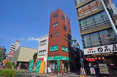 駅近くにある1階のお店です。