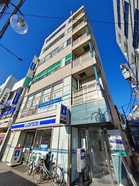 ビルの1階2階がローソン、店舗は3階になります。緑の看板が目印です。