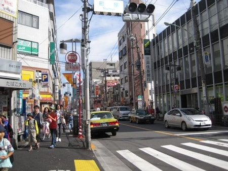 店舗の前が尾竹橋通り商店街です。