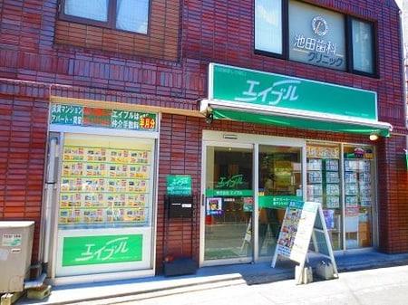 武蔵関駅北口すぐ!!目の前にはセブンイレブンさんがあります。ガラス張りの明るい開放的な店舗です!