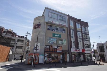 阪急京都線桂駅の東口を出ていただきロータリーを越えた正面のビルの2階です。