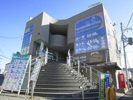 長岡天神駅東口北側出口を出て、北側の3階建てのビルの2階です。