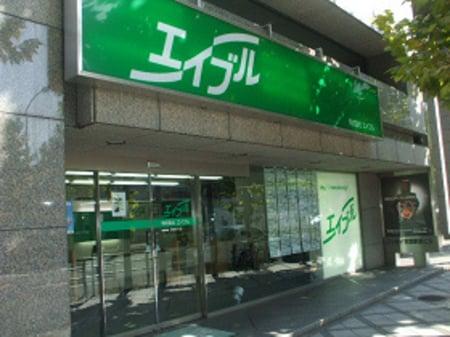 京都駅前に、大きな緑のエイブル看板が目印。烏丸通りに面し分かりやすい立地です。