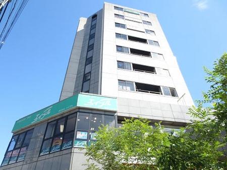 駅前10階建てビルが目印! かわいい美容室さんの上、2階のお店です!納得のお部屋探しを当店で!!