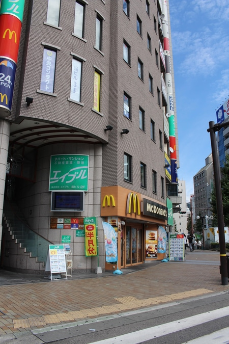 JR三ノ宮駅西口を出て北へ徒歩3分フラワーロード沿いのビルでマクドナルドの2Fです。