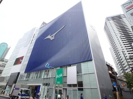 阪急茶屋町出口を北に2分。ミズノビル1階の緑の看板が目印です!