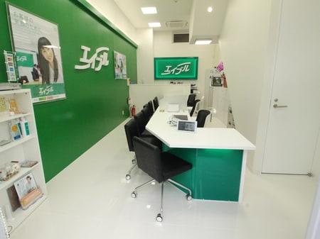 白と緑を基調としたオシャレな内装の店内です。