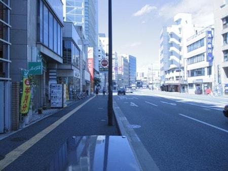 西鉄薬院駅から渡辺通りに向かう右側です。博多駅からは100円バスで渡辺通1丁目停で降り左側です。