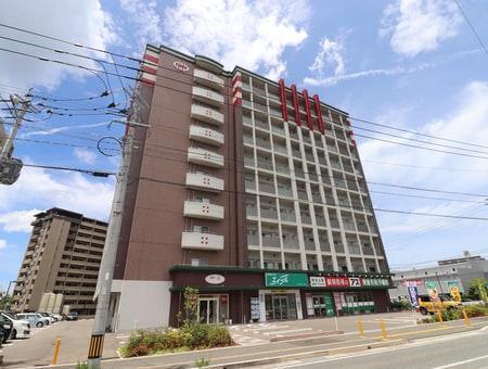 10階建てのマンションの1階にお店がございます!