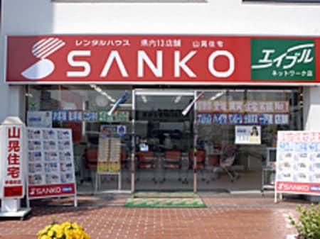 駅前すぐの1F店舗の赤い看板が目印です。
