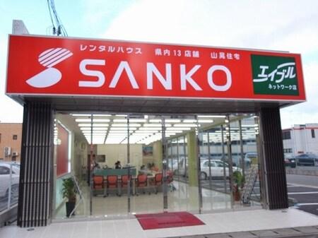 赤色の大きな看板と赤色の旗が目印です。専用駐車場はお店の右横から入って下さい。