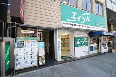 店内は階段上がって2Fとなります。