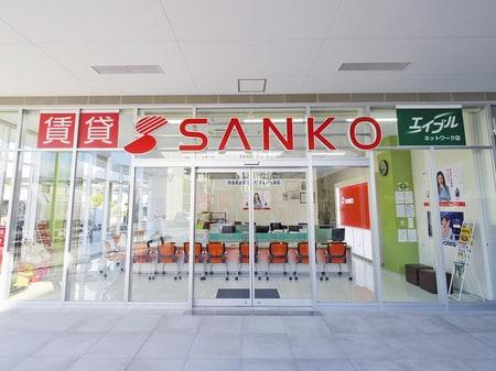 トナリエ大和高田正面の道路沿いの赤い「SANKO」の看板が目印!