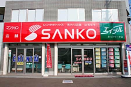 桜井駅北側ロータリーに面しており、当社のカラーである、赤い「SANKO」の看板が目印です!