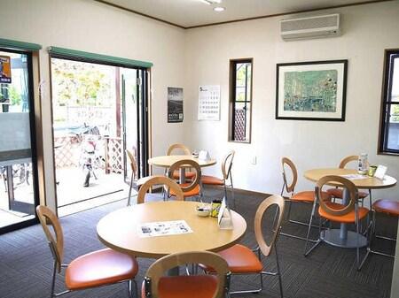 カフェのような店内で、お一人おひとりの条件にあったお部屋をお探しいたします。