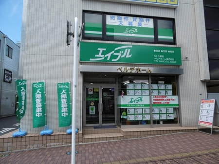 久喜駅西口駅前通りに面しています。お車でお越しの方は市営駐車場(無料)をご利用下さい。