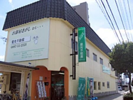 県道13号線(産業道路)沿い。2階建てのクリーム色の建物。エイブルの緑の看板を目印にご来店下さい。