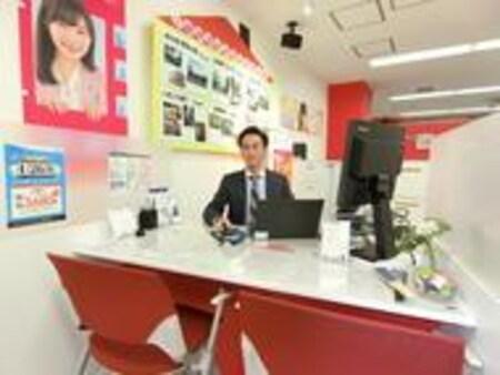 当店は一つ一つ区切られたお客様カウンター席・明るい店内で、皆様のお越しをお待ちしております。