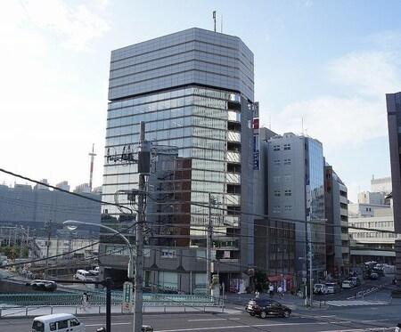横浜駅東口より徒歩3分です。