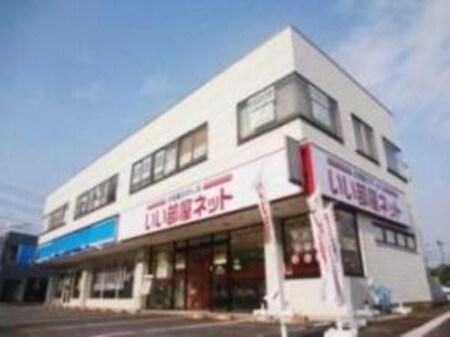 ファションセンターしまむらさんの隣になります。店舗前に駐車スペースございます。