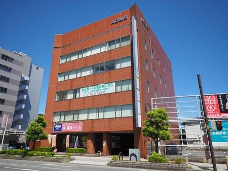 この建物の1階が当店です。建物東側に駐車場5台あります♪