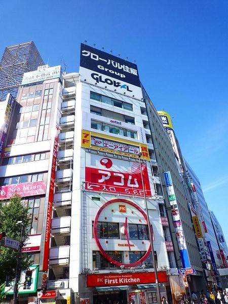 JR新宿駅南口より徒歩1分、甲州街道沿いのビルの7階になります!