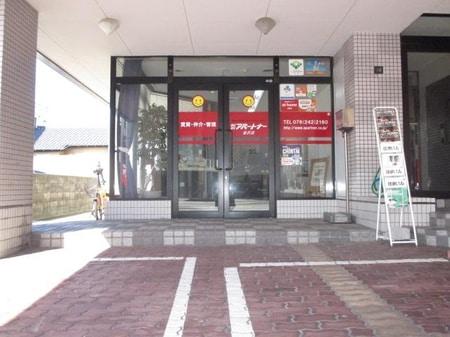 店舗前の駐車場をご利用ください
