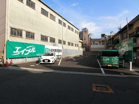 店舗の裏に駐車場があります!