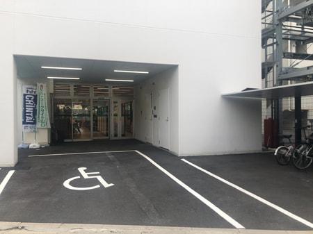 車いす用の駐車スペースあります
