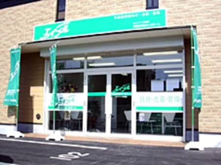 近鉄大阪線名張駅東出口から駅前通りを北へまっすぐ、通り沿い東向きのお店です。
