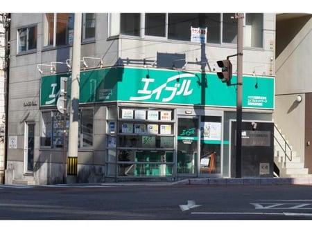 長崎市役所の近くで、十字路の角地にある店舗です。