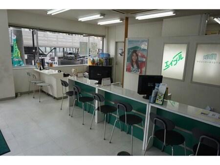 店内はL字型のカウンターで、お客様がゆったりとすごせる様な空間になっております。