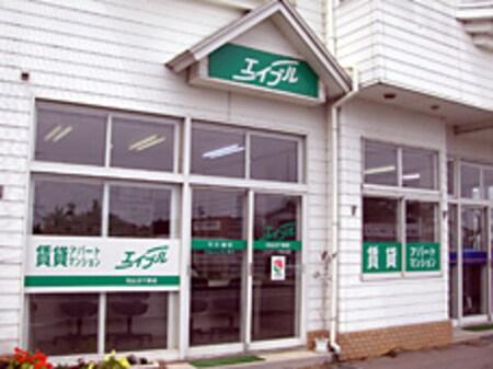 JR気仙沼線陸前階上駅のすぐ近くの白い3階建ての建物が目印です。