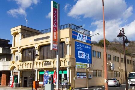 県道67号線沿いで、織物会館の西側・香雲堂本店の東側に位置します。駐車場は建物内と外にございます。