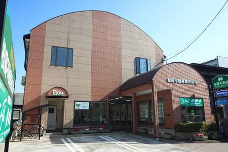 新潟大学西門の前。緑の大きな看板が目印です!駐車場もございます。