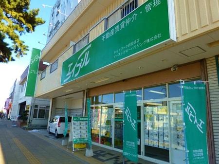 「エイブル」の緑色の大きな看板が目印になっております。
