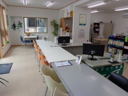 カウンターとテーブルが配された店内は、パーテーションのない空間で、アットホームな雰囲気です。