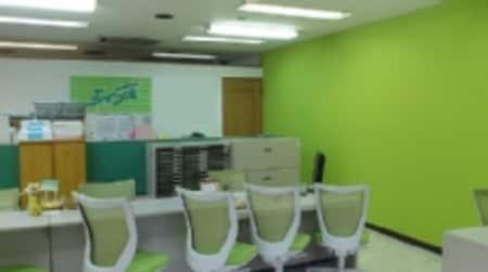 側面に緑色の壁紙を使用したアクセントクロスを使用、オシャレな店内でお部屋探しを出来ます。
