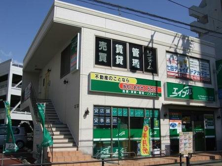 JR勝川駅北口を出て徒歩2分。2階建てのビルです。目印は緑の看板です。三菱東京UFJ銀行向かい側です