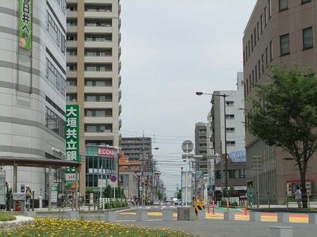 当店の前面道路。スーパー、銀行、コンビニ、病院と生活環境の整ったエリアです
