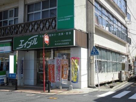 JR佐世保駅を出ていただきますと、正面に緑の看板が見えますので、それを目印にご来店ください。