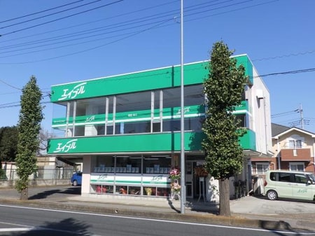 125号線沿いに面しており、近くにTSUTAYA・ファミリーレストランとんでんがあります。